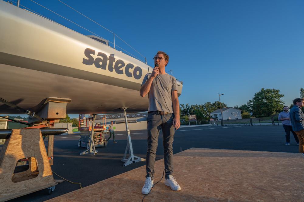 Le skipper Benjamin Dutreux devant son nouveau bateau sponsorisé par Sateco, l'Imoca 60