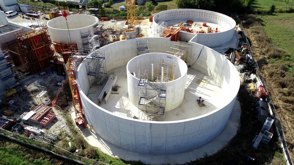 Vue aérienne du chantier d'agrandissement de la station d'épuration de Porto, avec les banches Sateco