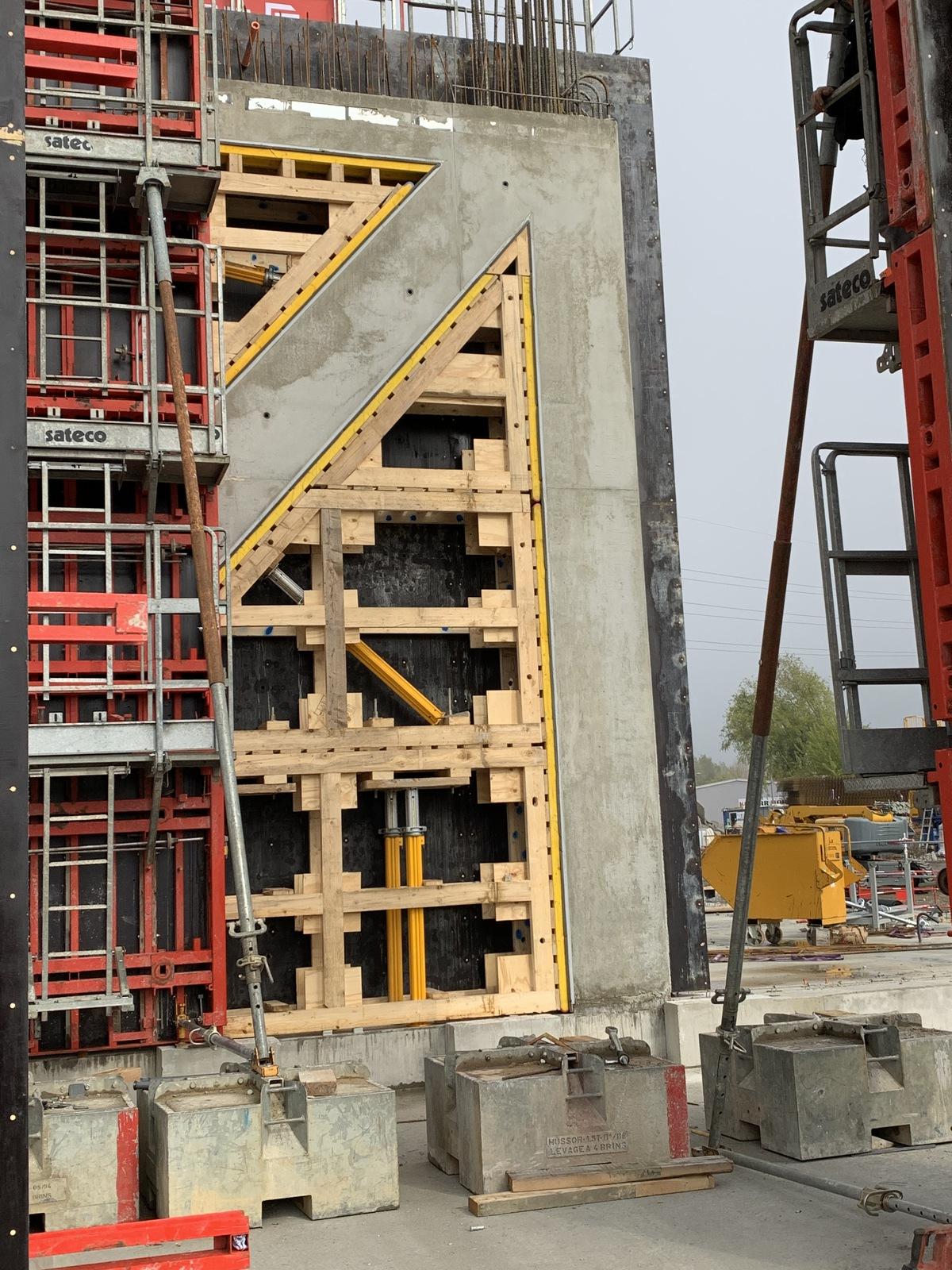 Coulage de béton avec la  banche TPC SATECO sur le chantier Eiffage