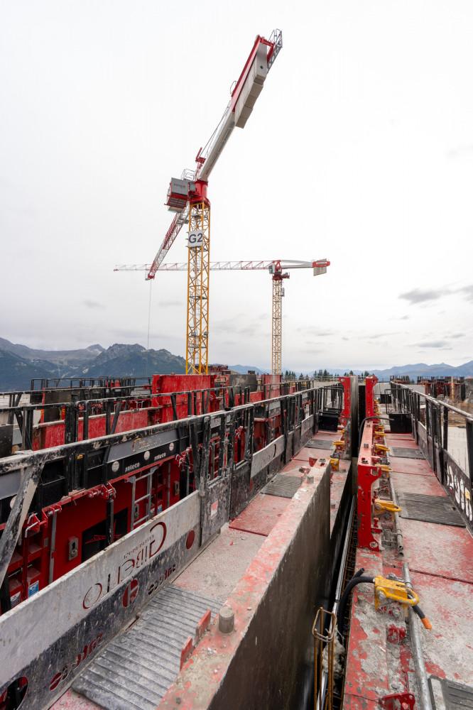 Travail en hauteur sur une banche Sateco, sur le chantier du Club Med à la Rosière