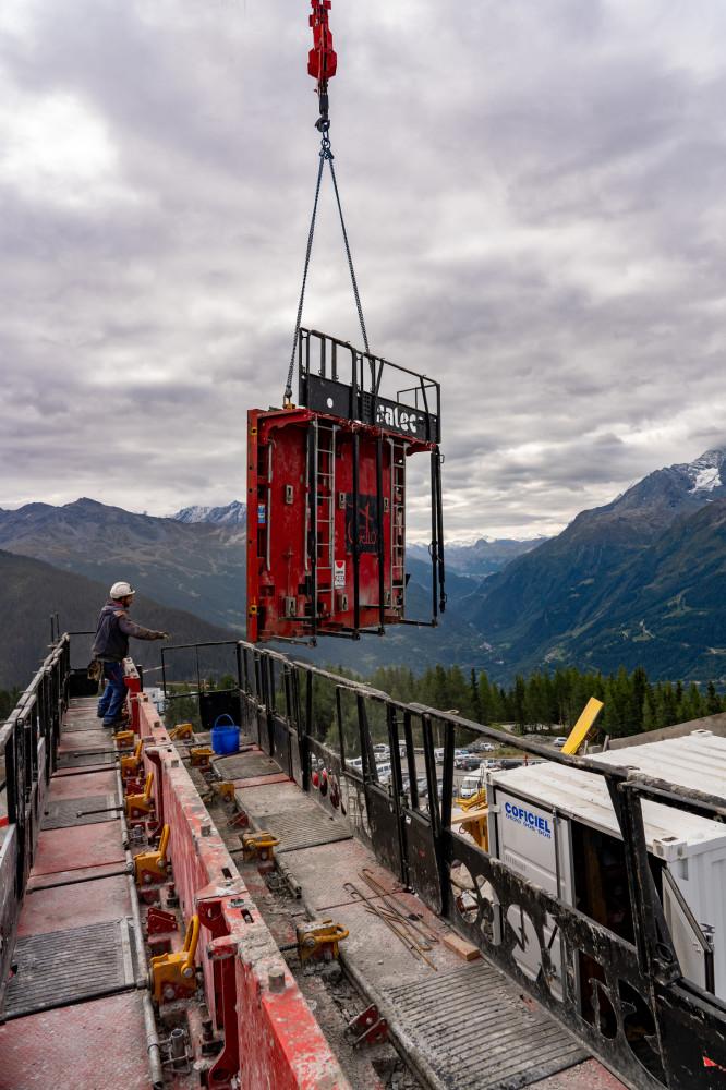 Banche Sateco posée par grue sur le chantier du Club Med de la Rosière, dans les Alpes