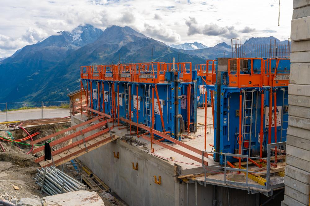 Banche SC 1015 BOX RS Sateco sur le chantier de SOTARBAT de l'Alpen Lodge de la Rosière Montvalezan, avec vue sur les Alpes