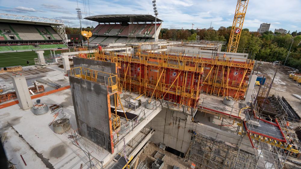 Construction de la nouvelle tribune du stade de Metz avec les Banches SC 1015 BOX et Passerelles P3D SATECO sur le chantier Demathieu Bard